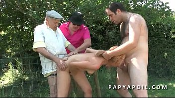 sa baise devant soeur il Wife blindfolded bi groupsex